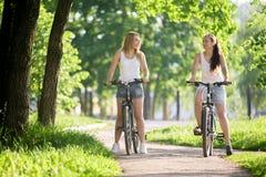 Dos novias en paseo de la bicicleta Fotos de archivo
