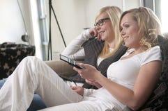 Dos novias en un sofá fotografía de archivo
