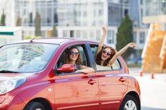 Dos novias felices están viajando en el coche Imagen de archivo libre de regalías