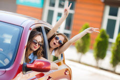 Dos novias felices están viajando en el coche Imágenes de archivo libres de regalías
