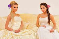 Dos novias hermosas en alineadas de una boda. Imagenes de archivo