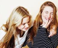 Dos novias jovenes dentro que se divierten lifestyle Adolescente rubio imágenes de archivo libres de regalías