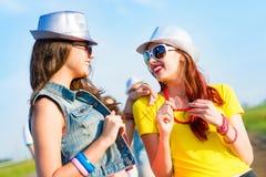 Dos novias jovenes que se divierten Foto de archivo