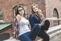 Dos novias jovenes que se divierten, delante de a Fotografía de archivo libre de regalías