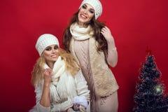 Dos novias magníficas con las sonrisas perfectas que llevan el woole blanco Foto de archivo