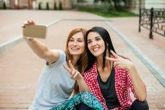 Dos novias que hacen el selfie Foto de archivo libre de regalías