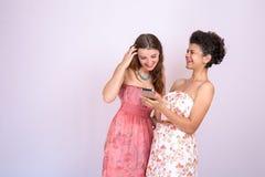Dos novias que se divierten en Internet Tecnología, Internet, comunicación Fotos de archivo libres de regalías