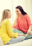 Dos novias que tienen una charla en casa Imagen de archivo libre de regalías
