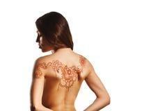 Dos nu de jeune fille avec le mehendi de henné photos libres de droits