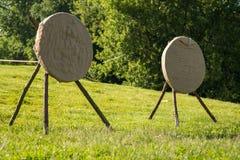 Dos objetivos en el campo Blanco del golpe de las flechas, concepto acertado Foto de archivo