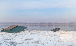 Dos objetos del agua atrapados en el río congelado Danubio Imagenes de archivo