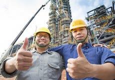Dos obreros felices con el pulgar para arriba Imagen de archivo