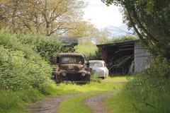 Dos olvidados y vehículos descuidados Fotografía de archivo