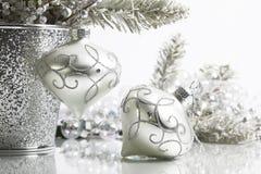 Dos ornamentos de plata de la Navidad fotos de archivo libres de regalías