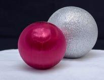 Dos ornamentos, platas y rojos de la Navidad Imagen de archivo libre de regalías