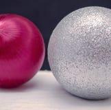 Dos ornamentos, platas y rojos de la Navidad Imagen de archivo