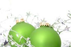Dos ornamentos verdes con las estrellas de plata Fotografía de archivo