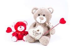 Dos osos de la tarjeta del día de San Valentín que llevan a cabo corazones Foto de archivo libre de regalías