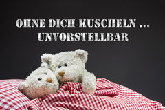 Dos osos de peluche beige en el amor que miente en cama. Fotos de archivo