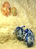 Dos ovos da páscoa vida ainda - na pele de carneiro Fotos de Stock Royalty Free