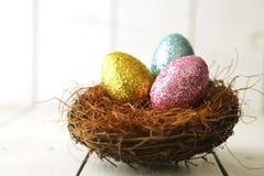 Dos ovos da páscoa vida colorida ainda com luz natural Imagens de Stock Royalty Free