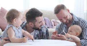 Dos padres con los beb?s en casa almacen de metraje de vídeo