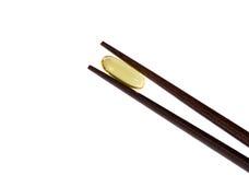 Dos palillos que sostienen la vitamina omega-3 fotografía de archivo
