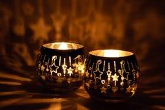 Dos palmatorias hermosas con las velas encendidas imagen de archivo libre de regalías