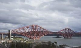 Dos palmos de adelante cercan el puente con barandilla - Escocia Imagen de archivo