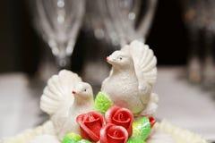 Dos palomas blancas en novia y novio del pastel de bodas Fotos de archivo libres de regalías