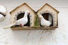 Dos palomas de cerámica fotos de archivo
