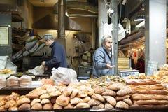 Dos panaderos que venden el pan en el mercado de Jerusalén, Israel fotos de archivo