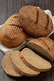 Dos panes de pan del salvado del centeno con las rebanadas Fotos de archivo