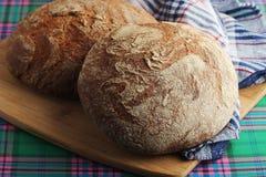 Dos panes de pan marrón del centeno Fotografía de archivo
