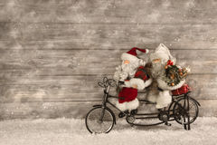 Dos Papá Noel en la prisa por los regalos de Navidad de compra adornados Imagenes de archivo