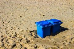 Dos papeleras de reciclaje azules para el papel en las dunas arenosas en Holanda septentrional Foto de archivo libre de regalías