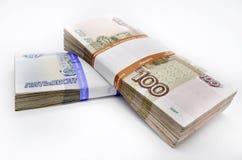 Dos paquetes de 100 billetes de banco de los pedazos 100 cientos cincuenta rublos y 50 rublos de billetes de banco del banco de R Fotografía de archivo