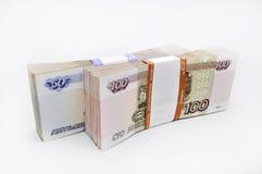 Dos paquetes de 100 billetes de banco de los pedazos 100 cientos cincuenta rublos y 50 rublos de billetes de banco del banco de R Imagen de archivo libre de regalías