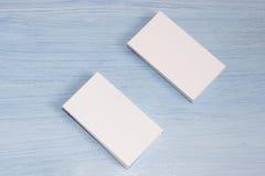 Dos paquetes de tarjetas están en un fondo azul imagen de archivo libre de regalías
