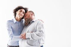 Dos pares cariñosos alegres del abarcamiento de los hombres Fotografía de archivo libre de regalías