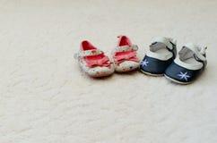 Dos pares de bebé primer calzan un azul con la flor en el T fotografía de archivo libre de regalías