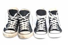 Dos pares de las zapatillas de deporte - una vieja, una nueva Imagen de archivo