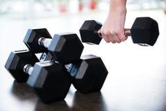 Dos pares de pesas de gimnasia del metal en el piso Foto de archivo libre de regalías