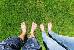 Dos pares de pies desnudos Imagen de archivo