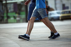 Dos pares de pies que caminan junto hombres Fotografía de archivo