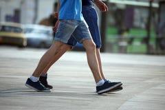 Dos pares de pies que caminan junto hombres Fotografía de archivo libre de regalías