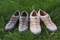 Dos pares de zapatos de los deportes en la hierba Fotografía de archivo