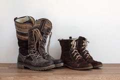 Dos pares de zapatos gastados Imagen de archivo