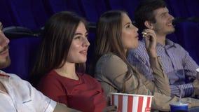 Dos pares gastan una fecha doble en el cine y miran la película almacen de metraje de vídeo