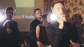 Dos pares jovenes felices que bailan en un Karaoke aporrean almacen de video